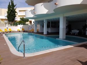 A piscina em ou perto de AlvorMar Apartamentos Turisticos