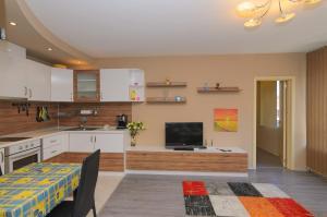 A kitchen or kitchenette at Apartment on Perushtitsa 40