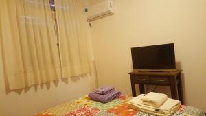 Una televisión o centro de entretenimiento en Apartamento en Belgrano Luminoso y Tranquilo, WIFI