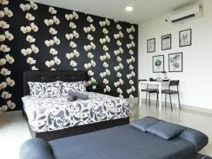 A bed or beds in a room at Peanut House @ Trefoil Setia Alam