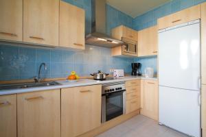 Een keuken of kitchenette bij Sun Grove Villas & Spa