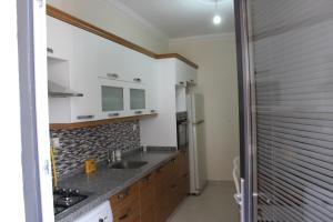 A kitchen or kitchenette at Marmaravizyon Apartment