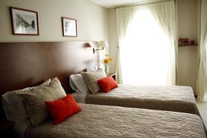 Una cama o camas en una habitación de Don Suites
