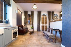 Cuisine ou kitchenette dans l'établissement Molcho Neve Tzedek Apartments by Master