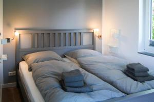 Ein Bett oder Betten in einem Zimmer der Unterkunft Haus an den Salzwiesen - Wohnung Lachmöwe