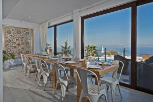 A restaurant or other place to eat at Villas Anemomilos