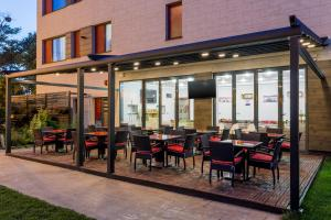 A restaurant or other place to eat at Tomis Garden Aparthotel