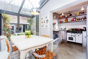 A kitchen or kitchenette at Veeve - Shepherd's Bush Hideaway