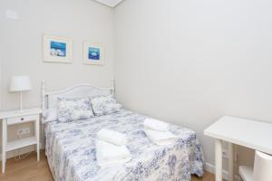 A bed or beds in a room at ADORABLE Y SILENCIOSO-AIRE ACOND-EST. ATOCHA