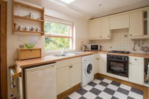 A kitchen or kitchenette at Woodcroft Cottage
