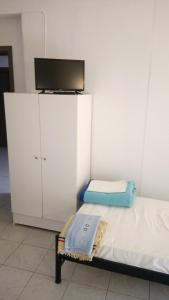 A bed or beds in a room at Skordas Comfy Rent Rooms