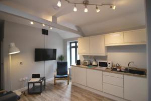 A kitchen or kitchenette at 2 Fox Studios