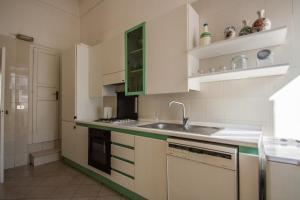 A kitchen or kitchenette at Greelax House