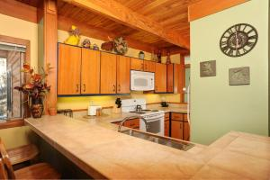 A kitchen or kitchenette at Aspen Ridge Condominiums by Keystone Resort