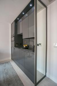 A kitchen or kitchenette at Grafton Street Studios