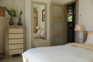 A bed or beds in a room at ARILLAS HILLSIDE VILLA 3 - Provence