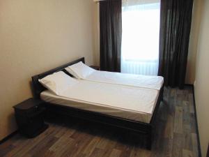 Кровать или кровати в номере Apartment on Sobornyi avenue 133