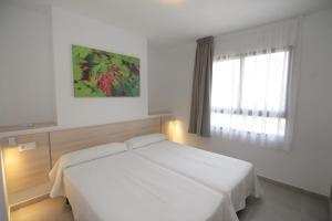 Een bed of bedden in een kamer bij Apartamentos Vistamar