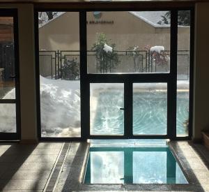 Departamento con piscina durante el invierno