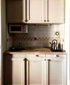 A kitchen or kitchenette at CasaBlanca charme & relax