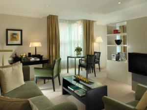 Uma área de estar em Cheval Phoenix House at Sloane Square