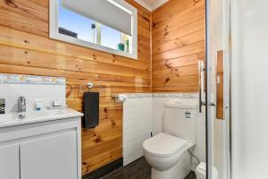 A bathroom at Masons Cottages