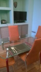 Телевизор и/или развлекательный центр в Лофт-апартаменты с камином