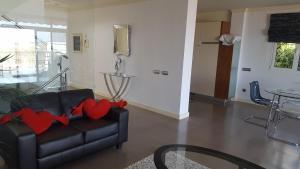 Een zitgedeelte bij Holiday Home Villa Fonzie Montaña La Data