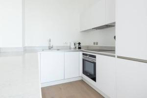 A kitchen or kitchenette at Luxurious London Apartment in the Sky (HH0)