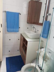 A bathroom at Familiar e Acolhedor