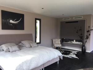 A bed or beds in a room at L'Oasis