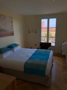 A bed or beds in a room at Appartements Centre Ville Massena avec vue