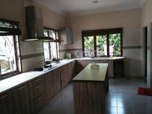 Dapur atau dapur kecil di Raihana Cottage With Swimming Pool