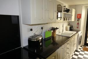 A kitchen or kitchenette at Saffron House