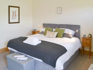 A bed or beds in a room at Lapwing Cottage