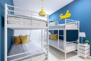 A bunk bed or bunk beds in a room at Apartamento Smile Sol