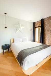A bed or beds in a room at Les Lofts St-Pierre by Les Lofts Vieux Québec