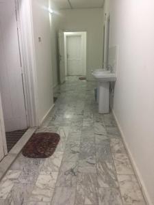 A bathroom at Jar Al Habib Suites