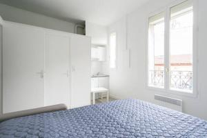 A bed or beds in a room at Charming Parisian studio!