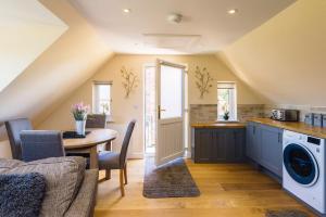 A kitchen or kitchenette at Llyr