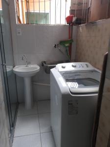 A bathroom at Apto 1,5 km do Shop. Manauara