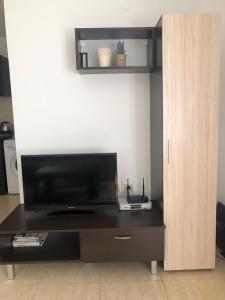 Телевизор и/или развлекательный центр в Etara 2 Apartment