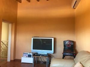 Een TV en/of entertainmentcenter bij Chalet Beach and Golf Santa Pola Alicante Jupalca