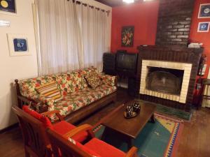 A seating area at Casa para 5 pessoas em Canela - Caracol