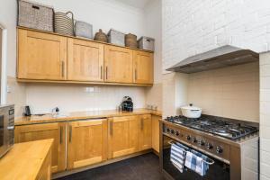 Küche/Küchenzeile in der Unterkunft NEW Luxury 1BD Flat in Heart of Kensington Olympia