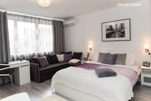 Ein Bett oder Betten in einem Zimmer der Unterkunft Warsawrent Apartamenty Centralna