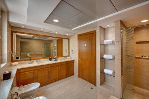 A bathroom at J5 Villas Holiday Homes Barsha Gardens