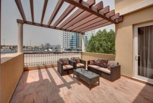 A balcony or terrace at J5 Villas Holiday Homes Barsha Gardens