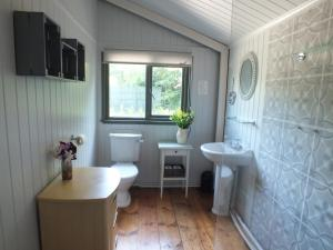 A bathroom at The Potting Shed (Self Catering)