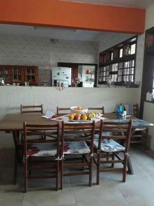 Un restaurante o sitio para comer en Casa 16 Pessoas 20m do mar 006